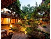 清々とした庭を眺めながらお食事がお愉しみいただけます。