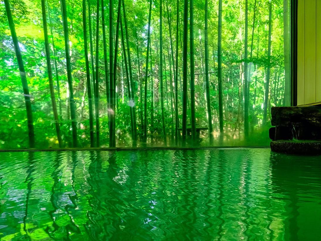 大きな窓からは竹林が望めます。