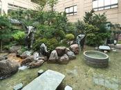 【庭園】中庭では親子象が仲良く水遊び♪