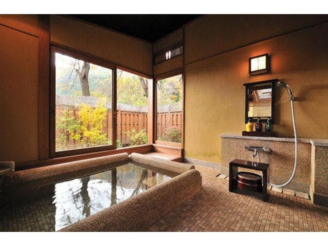 「はなもも」の半露天風呂。石の肌触りが心地よい、四角い形のお風呂。二人で入っても、十分な広さの湯船で、水上の四季を眺めながら湯浴みができる。