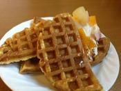 【朝食バイキング(米粉ワッフル)】自分で作れちゃう魚沼産の米粉ワッフルです!ソフトクリームやソースなどお好みでトッピングしてオリジナルのワッフルを作ってみて下さい☆