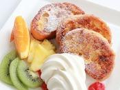 【フレンチトースト(朝食)】あま~いバニラの香り引き立つ料理長特製のクリームフレンチトーストです。