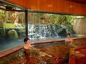 【滝の湯】滝を眺めながら美肌の湯をお楽しみください