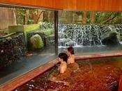 【滝の湯】滝のある景色が癒しの時間を演出します