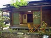 鳥の声で目覚める朝、朝食は専用日本庭園のウッドデッキで