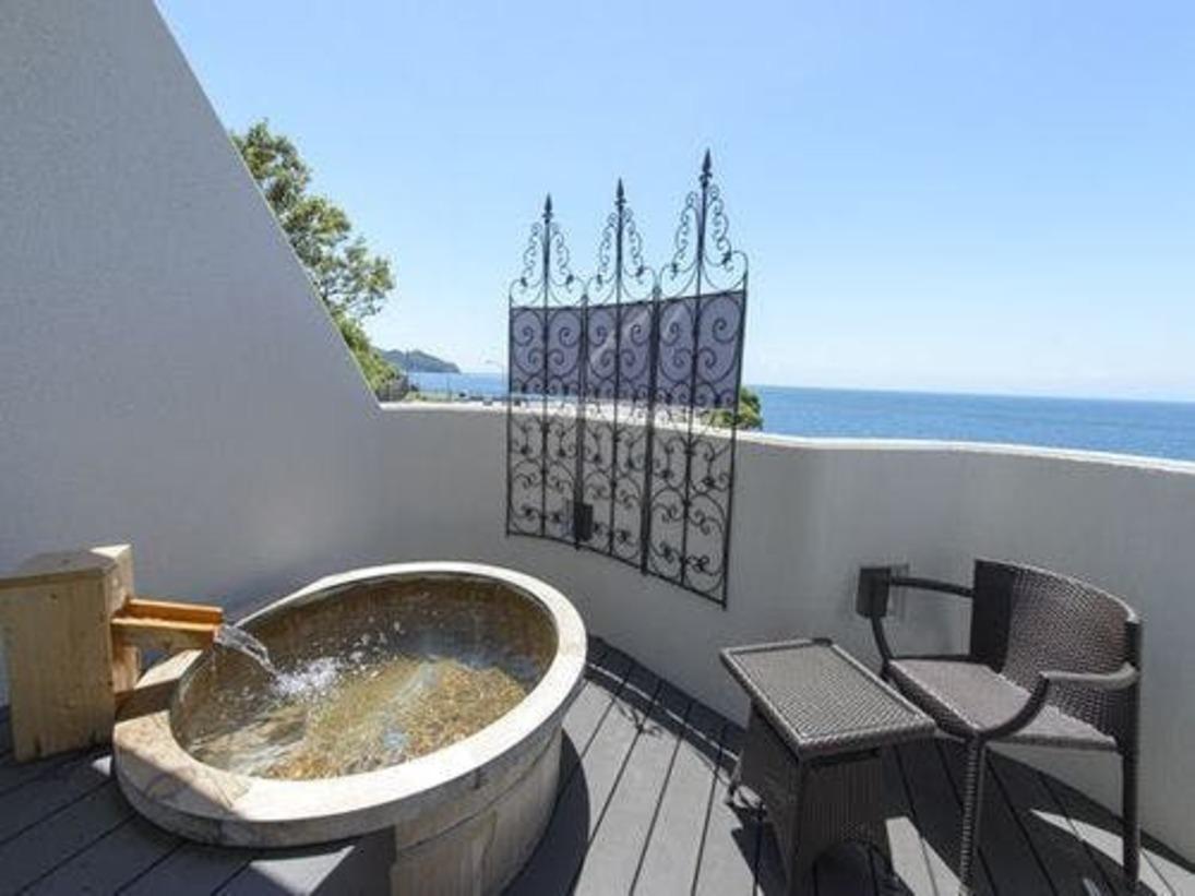 ◆客室専用露天風呂十分な広さの洗い場を備えた客室専用露天風呂からは移り変わる絶景を望む。紺碧の海から茜色の夕景、満点の星空を独占。