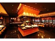 2Fバイキングレストラン『ザ・ガーデンハウス』金澤マルシェ 11:30~21:30地元の食材をふんだんに使用。シェフの調理する姿が目の前で楽しめるライブキッチンや中央には金沢の伝統工芸「金沢箔」を使用したバイキングテーブルを配し「金沢」を感じて頂けます。