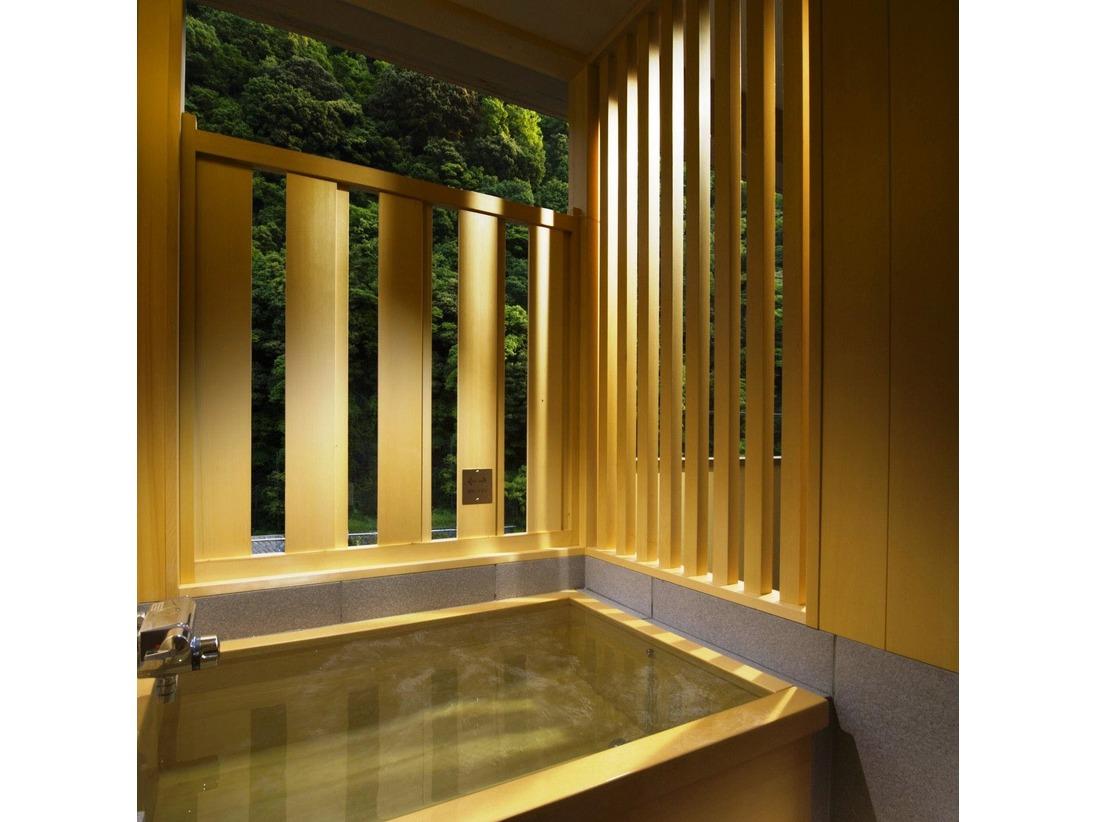 半露天風呂付客室の檜風呂。温泉の湯が出ます