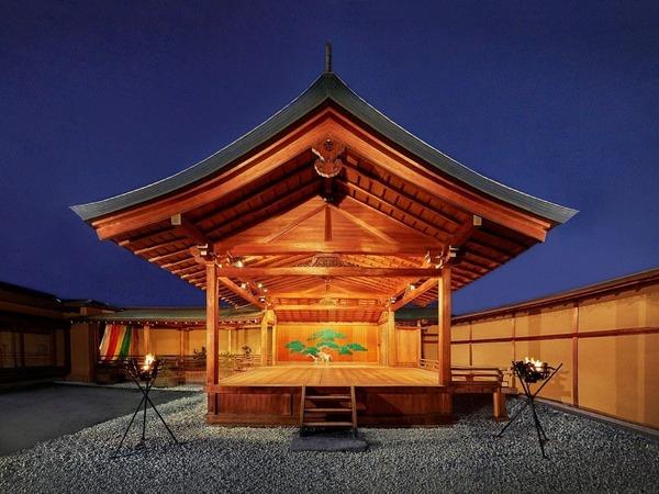 大和屋本店のシンボル、能舞台「千寿殿」