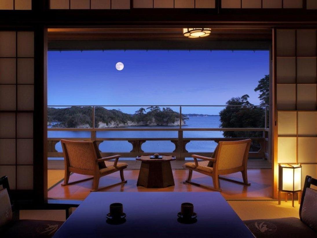14帖和室の松島湾を望む風景は正面の箕輪島も綺麗に夕日から少しずつ移ろい始めて参ります。