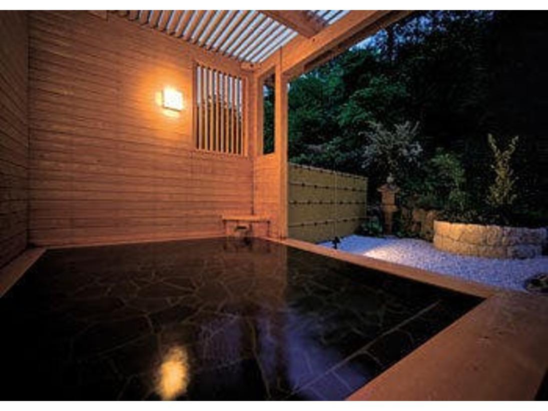 <男湯 露天風呂>倉敷由加温泉は、由加山の由加大権現の霊水でお風呂に入ると、ご利益があると言伝えられています。