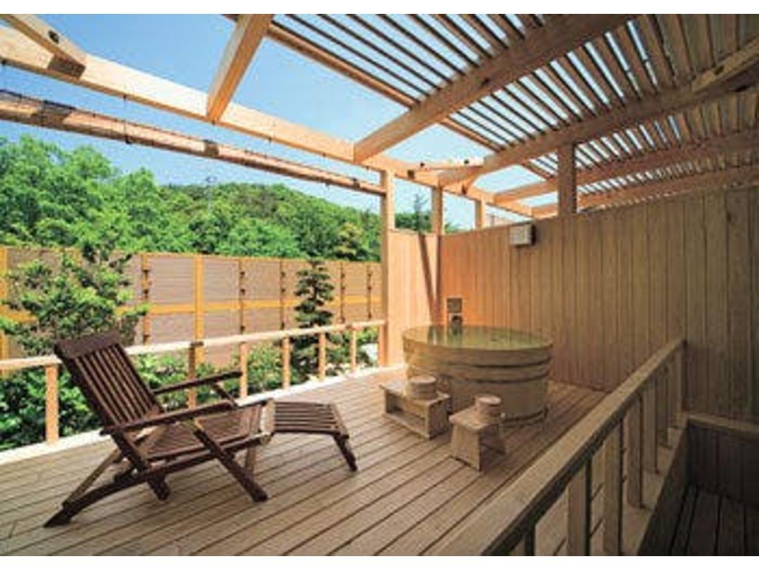 <和室+ひのき露天風呂付>広いウッドデッキと掛け流しの露天風呂でごゆっくりと。