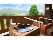 【別館露天風呂(夜)】昼間とはまた違った幻想的な雰囲気をお楽しみいただけます。