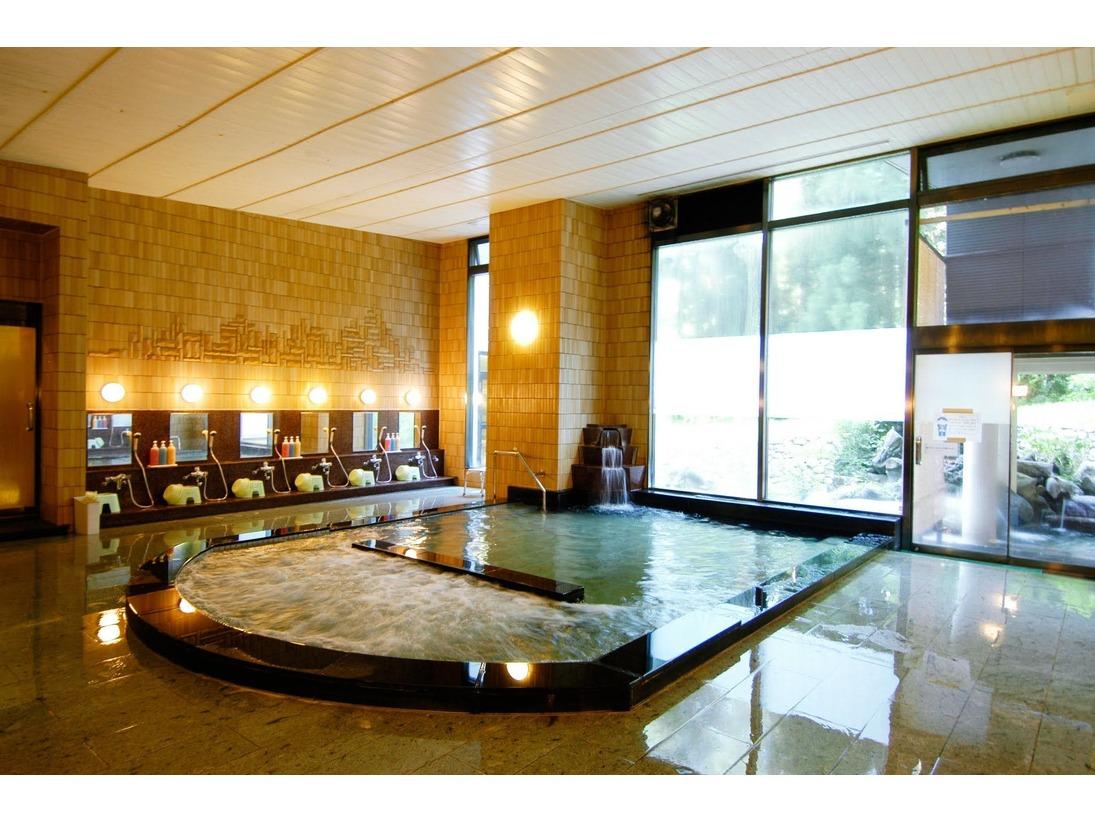 【本館大浴場】あたたかい照明で、ゆったり温泉をお楽しみ下さい。露天風呂・サウナ・ジャグジーあり