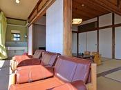 *和室12畳(客室一例)/窓辺に腰かけて旅情にひと時をお過ごし下さい。