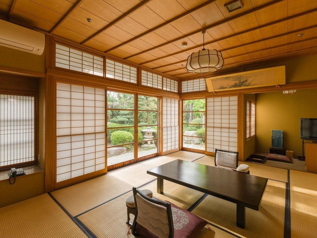総檜造りの数奇屋造りの純和風、日本庭園眺望の特別室(10帖+4.5帖)