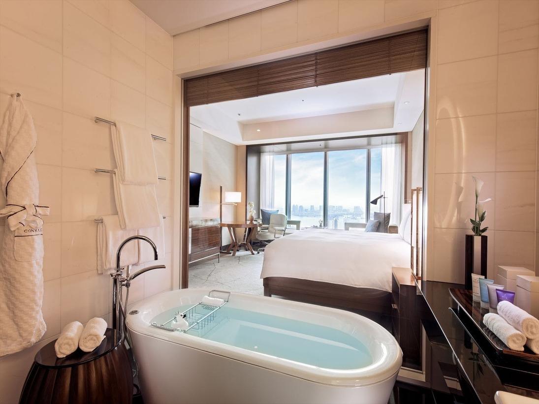 ガラス張りのバスルームからは東京湾も一望「ベイビュールーム」