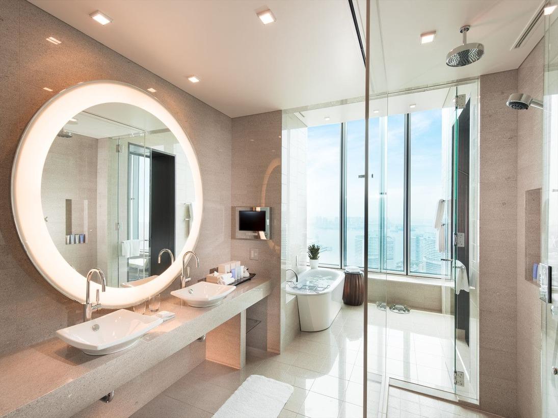 東京湾と浜離宮を一望する贅沢な空間の「デラックスベイビュースイート」バスルーム