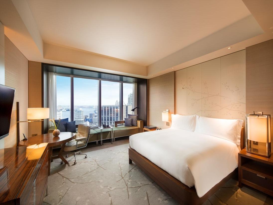 東京ベイのパノラマビューが広がる「ベイビュールーム」日中は、高さ約3メートルの大きな窓から降り注ぐ自然光と眼下に広がる絶景が、そして、夜は、レインボーブリッジやお台場を中心とする東京湾の夜景が、都会のオアシスを感じさせます。