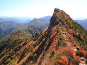 もみじやかえでが彩る紅葉は絶景です。ロープウェイで山上へ登るのもおすすめ。