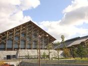 愛媛県産の木材、菊間瓦、大島石、砥部焼などを利用して建設された日本最大級の武道館