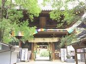 四国八十八箇所霊場の第五十一番札所。道後温泉の温泉街からも近く、観光客に人気