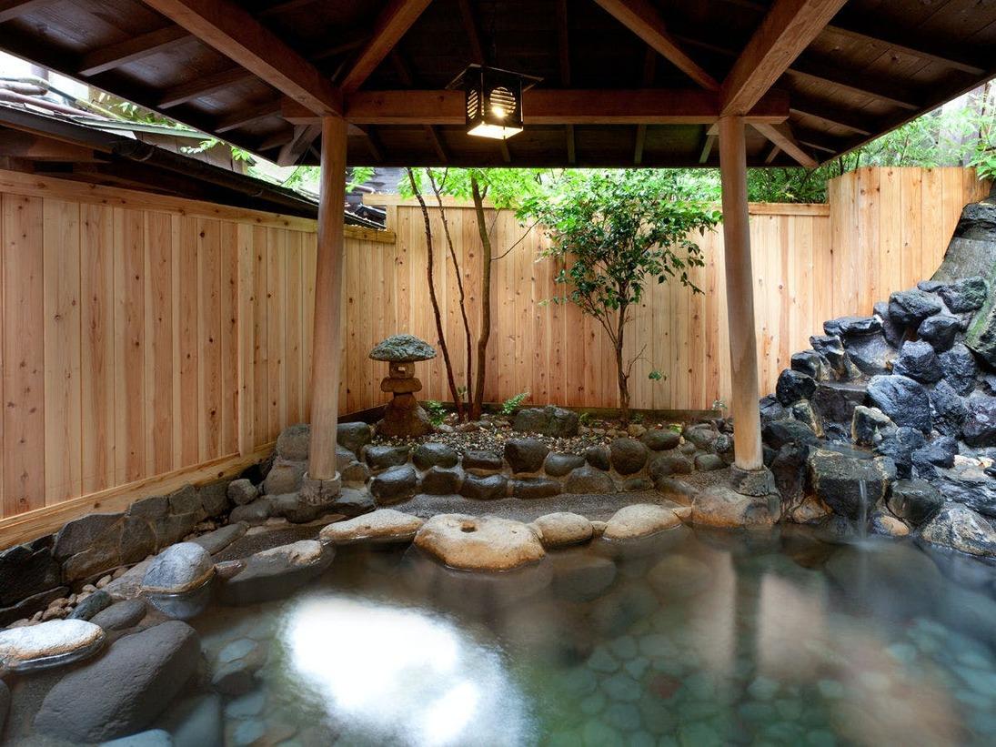 【天城路/露天風呂】敷地内を流れる北川温泉源泉より引くやさしい天然温泉をかけ流しでお楽しみいただけます。