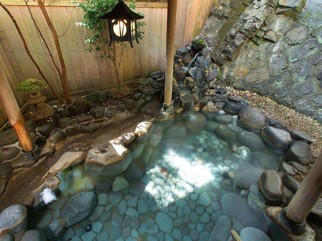 【露天風呂(天城路)】湯量豊富な自家源泉を掛け流しで愉しむ贅沢を。