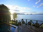 展望風呂は支笏湖を望む絶景。朝~夜、春夏秋冬と様々な支笏湖の風景を温泉と共にお愉しみ下さい