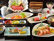 丸駒温泉旅館の特選会席は、毛ガニに牛と、厳選食材をご賞味頂けます