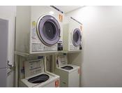 ランドリーと衣類乾燥機を館内にご用意しています(有料)