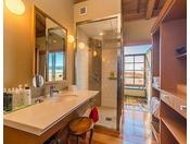 翠上楼『山朱』露天風呂が付いております。螺旋階段と朱色が特徴的です。渥美半島をモチーフにした庭のオブジェが楽しめます。1階に和室リビング、2階にベッドルームと露天風呂、シャワーブース、パウダールームがございます。