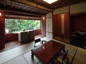 『松』昭和の名残を残すこの間は随所に地松の古木をふんだんに使用し、窓が広くとられた開放的な造りとなっております。快適さと懐かしさが混在するお部屋です。香りが芳しい木造りの豪華な内風呂が大変好評です。