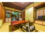『竹』床柱や天井など竹を設えたこの間は、それほど広さがないため2名様までが定員となります。以前は茶室だったため、小さいながらも専用の中庭と相まって、和の風情がふんだんに伝わる落ち着いたお部屋です。