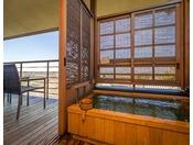 雲上楼『空』大浴場と同じ棟となる雲上楼の二階にあり、お部屋はもちろん露天風呂からの眺めは最高です。このお部屋では、2016年9月に第41回囲碁名人戦が開催され、井山名人に高尾九段が挑んだ舞台ともなりました。
