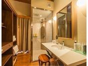 翠上楼『露草』お部屋には露天風呂が付いております。山朱の朱色と対照に葵をテーマに明るい雰囲気をかもし出しております。1階に和室リビング、2階にベッドルームと露天風呂、シャワーブース、パウダールームがございます。