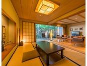 『福寿』当館では最も高いグレードと広さを誇り、別邸を思わせる居心地の良さはまさに別世界です。1階に和室リビング、2階にベッドルームと露天風呂、シャワーブース、パウダールームがございます。