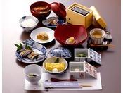 【朝食一例】「朝食は1日で最も大切な食事」と言われます。当館では、日本の昔から大切にされていた、体に優しい、健康的な朝食で、皆様の一日のスタートをフォローアップいたします。