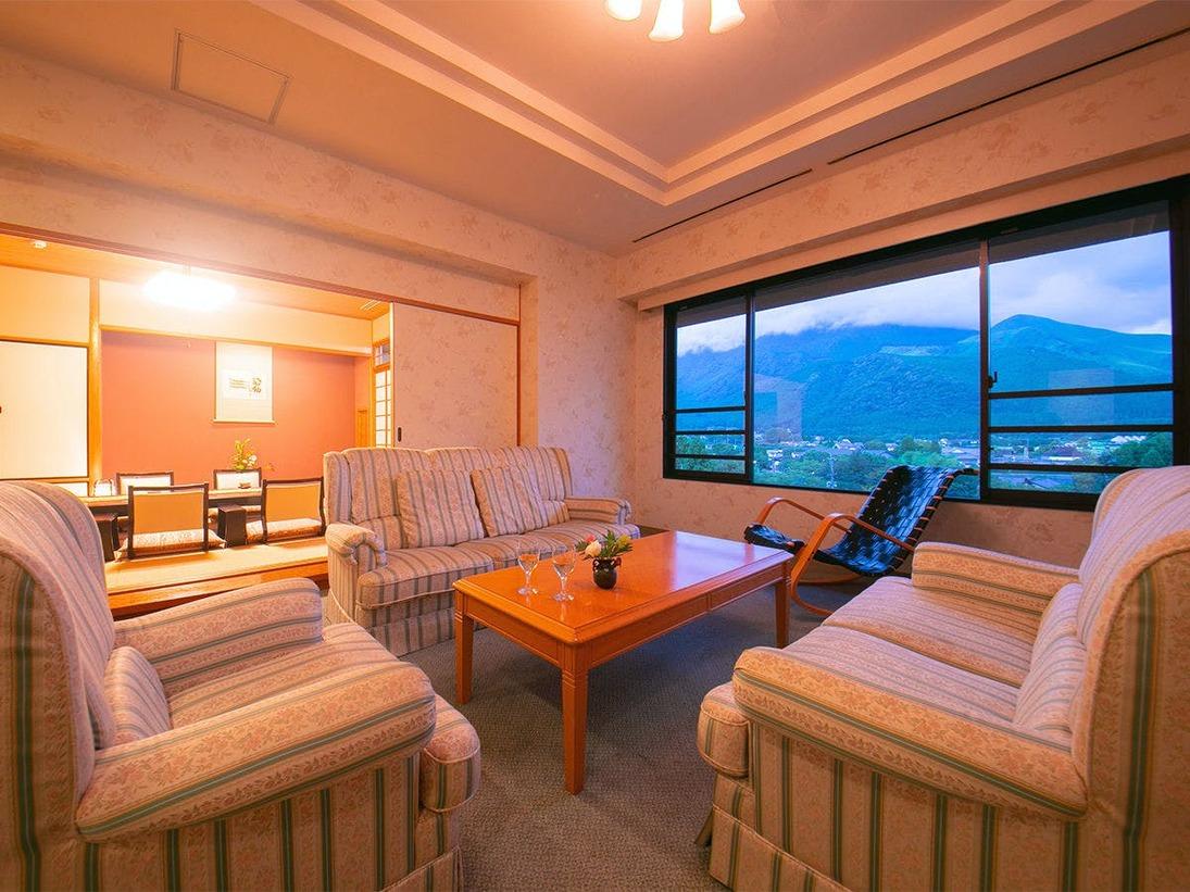 当館【最上級】スイートルーム。由布岳から吹きそよぐ風を感じながら、ソファで語らう――