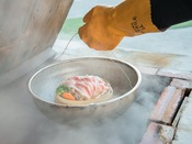 """*海鮮市場""""蒸し釜や""""/さっそく蒸してみましょう。日本一の熱量を誇る温泉蒸気へ。"""