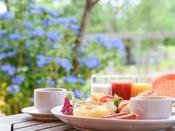 *【朝食(バイキング)】木々や花々を眺めながらいただく朝のバイキングをお愉しみください