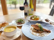 【2020年秋ディナー】あっさりとした秋鮭と相性がよいクリームソースを添えたグリル。