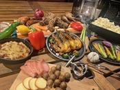 【GRAND BBQ一例】季節のお野菜に、エビやスペアリブ、チキンレッグも楽しめる、贅沢なBBQ。