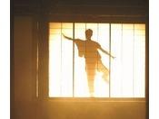 露天風呂に入りながら、江戸時代の粋な踊りを「影絵」として見る事が出来ます。(女湯21:50~、男湯22:00~ 約10分間)