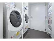 2Fに2台設置しております。100円硬貨のみ利用可能。洗剤自動!!自動販売機も同じ場所にございます。