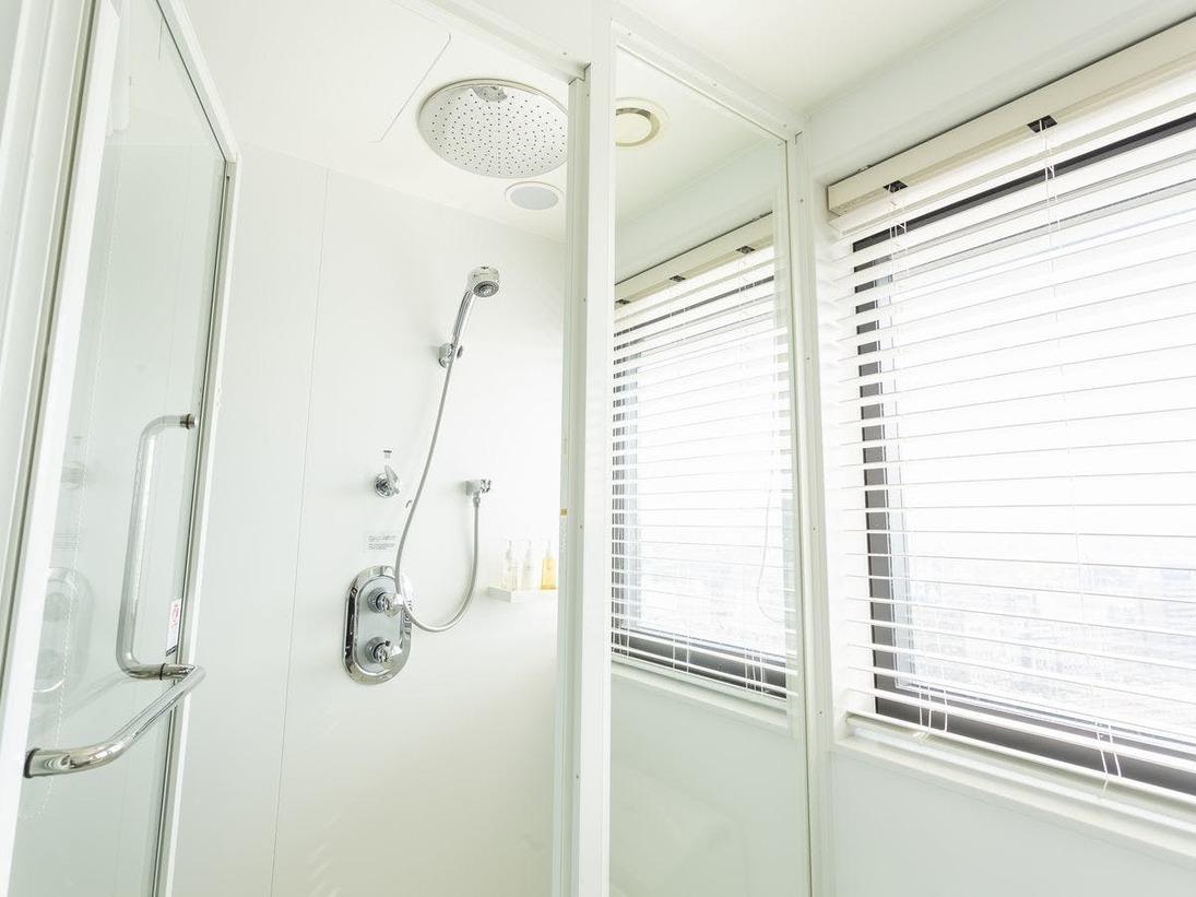 セミダブルルーム シャワーブース(一例)大きなシャワーヘッドより降り注ぐ水流が、からだ全体を包み込んでくれます。