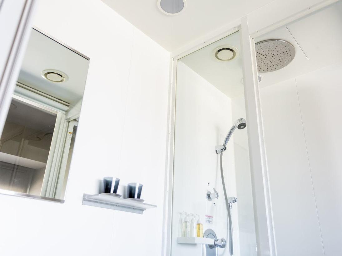 セミダブルルーム シャワーブース(一例)たっぷり降り注ぐレインシャワーで、至福の時を TOTO社製のレインシャワーを全室に設置。名前のごとく雨のような水流が疲れを洗い流します。※バスタブはありません