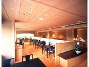 レストラン「松風」窓越しに能舞台を眺めながらお食事をお楽しみいただけます。