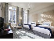 パレスビュー プレミアムデラックスツイン(55平米)イメージホテルの中央付近で丸の内側に位置する客室。開放感あふれる駅前広場と、皇居へと真っすぐ延びた行幸通りが目の前に広がります。