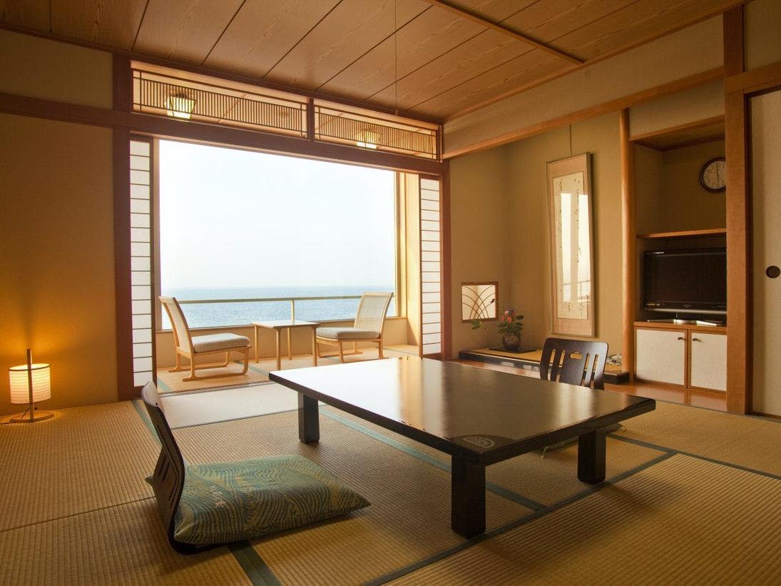 海側客室の大きな窓を開ければ、青々とした日本海の絶景が広がります。和の心をしつらえた趣のある町側の客室は、天気の良い日には大山が望めます。